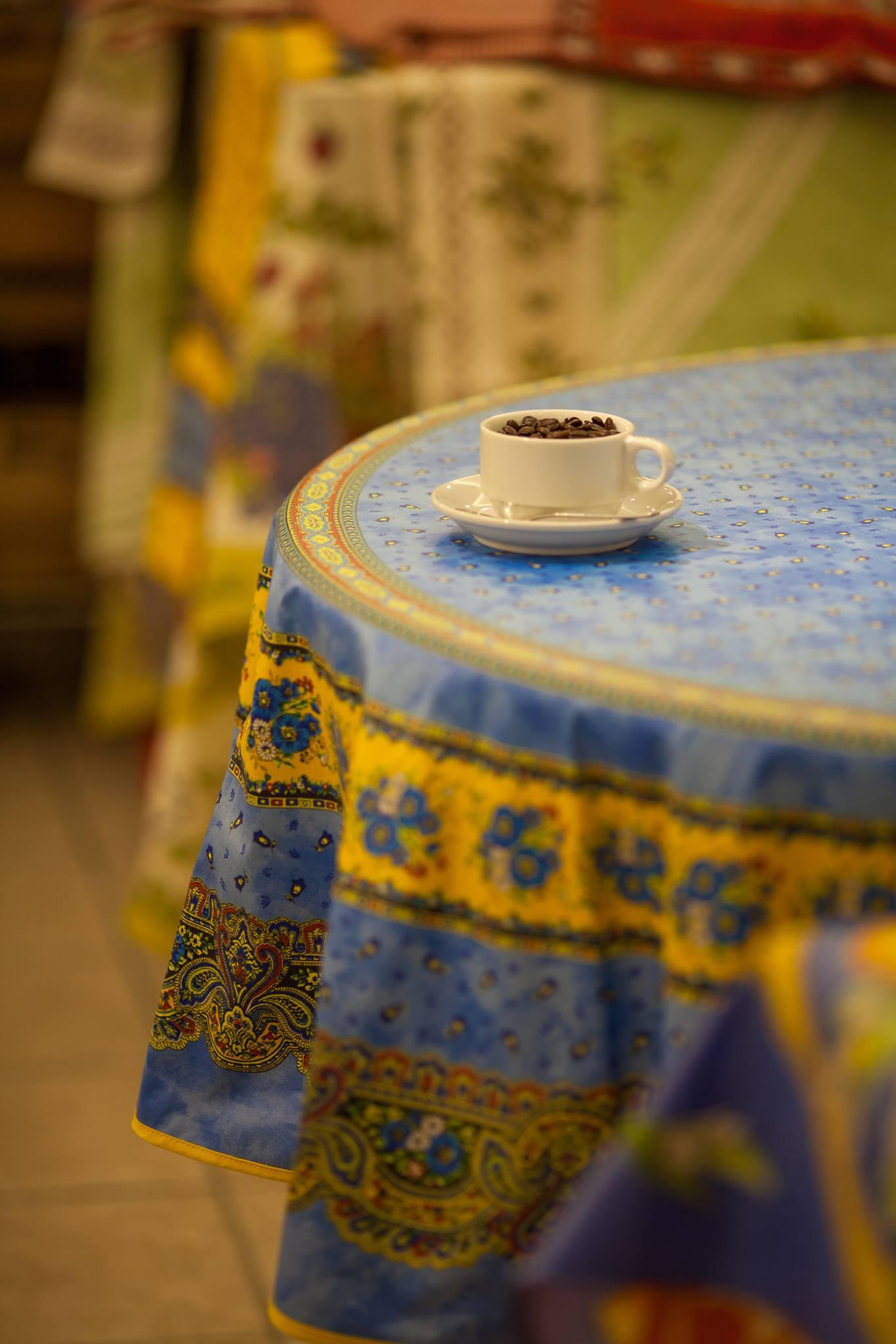 オリーヴ、ラベンダー、花柄などとても素敵なデザインのテーブルクロスをご用意しております