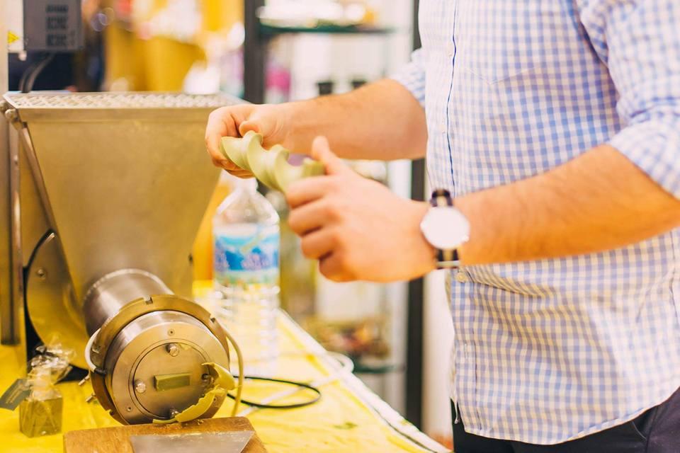 神戸市の姉妹都市マルセイユから石鹸職人が来られ、マルセイユ石鹸の実演をして頂きました