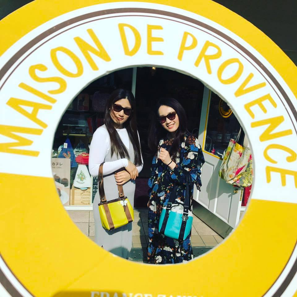 ブルーのおしゃれな扉を開けば、フランスから輸入した魅力いっぱいの雑貨に出会えます