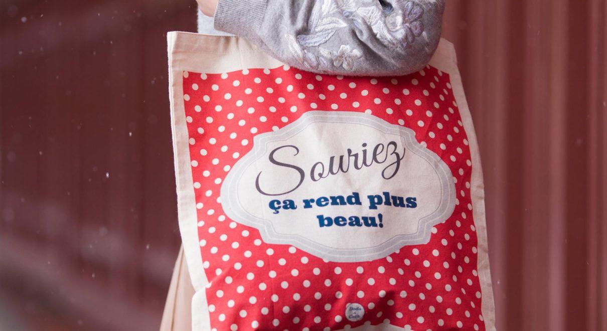 フランス語のメッセージが入ったトートバッグはいかがですか?「笑うほど、素敵な顔になるよ」