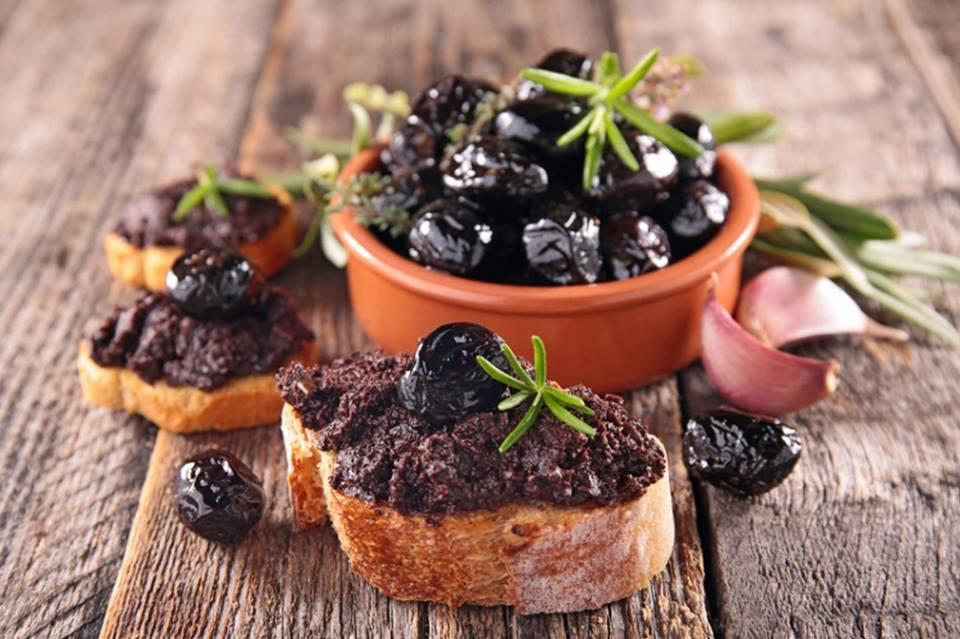 野菜スティックやバゲットにつけて召し上がれ♪ グリーンオリーブ・アンチョビ・オリーブオイル・ハーブなどで作ったペースト。