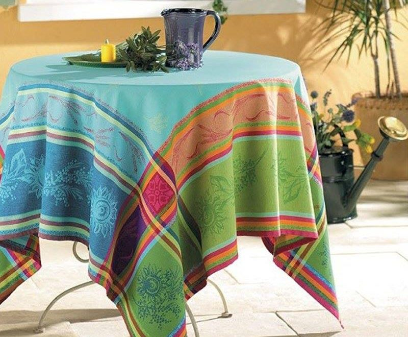 エレガントなデザインが特徴のジャガード織りテーブルクロス。